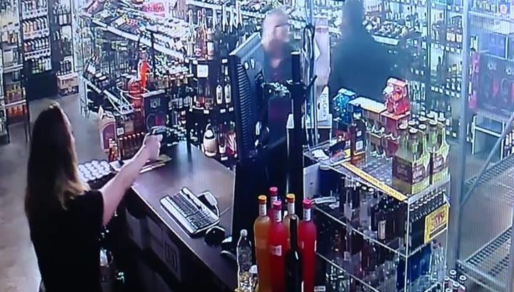 Мать и дочь в США устроили перестрелку с преступником, решившим ограбить их магазин
