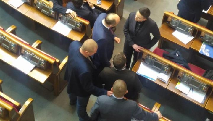 Надежда Савченко явилась в зал Верховной рады с гранатами и пистолетом