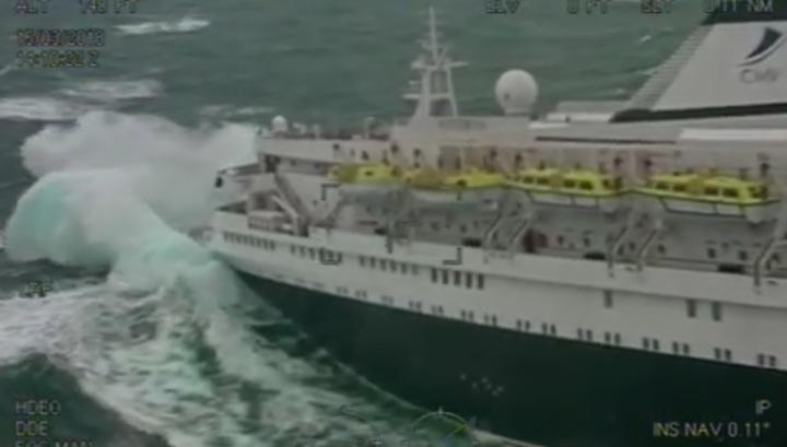 Спасатели эвакуировали больного с круизного теплохода в штормовом море. Видео