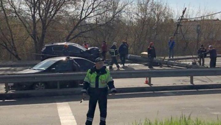 Столб и два автомобиля пострадали в аварии в Брянске