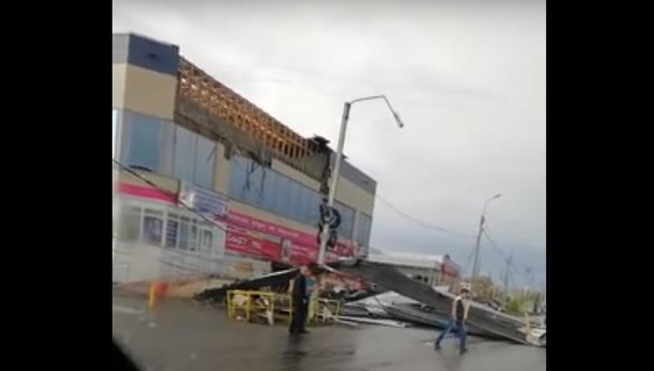 Ураганный ветер сорвал крышу с торгового комплекса под Екатеринбургом