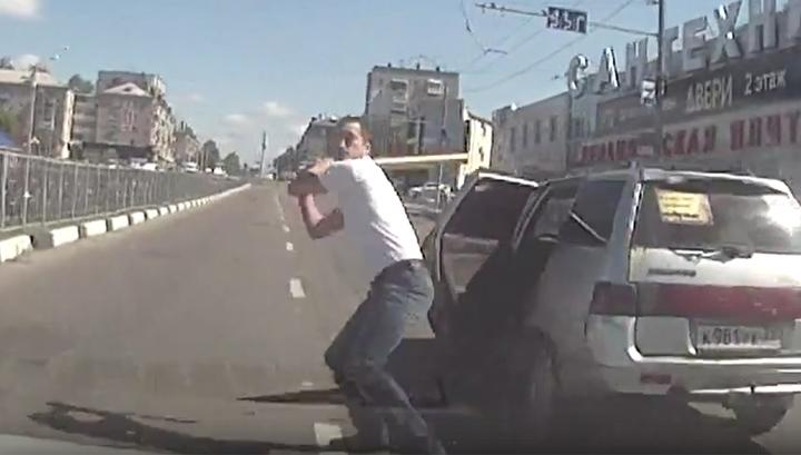 Нападение брянского водителя с битой на автомобиль попало на видео