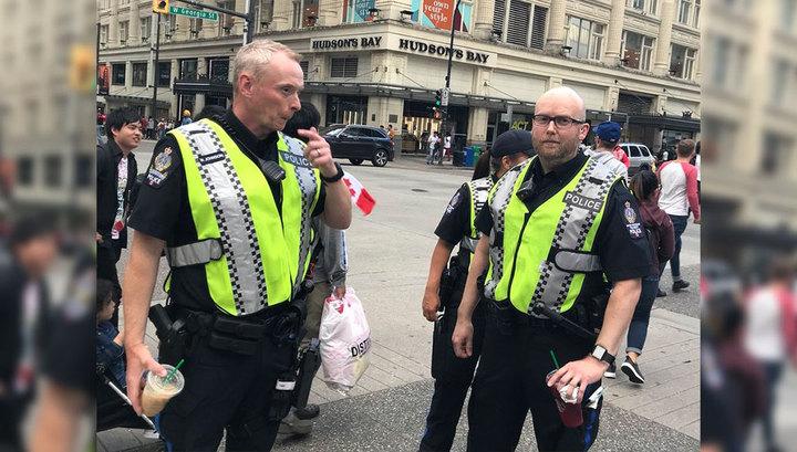 Тысячи японцев возмущены фотографией канадских полицейских, пьющих кофе