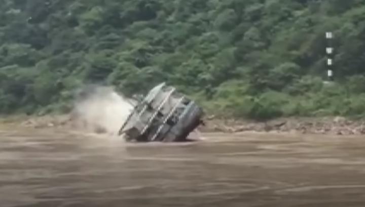 В Китае затонуло судно с цементом