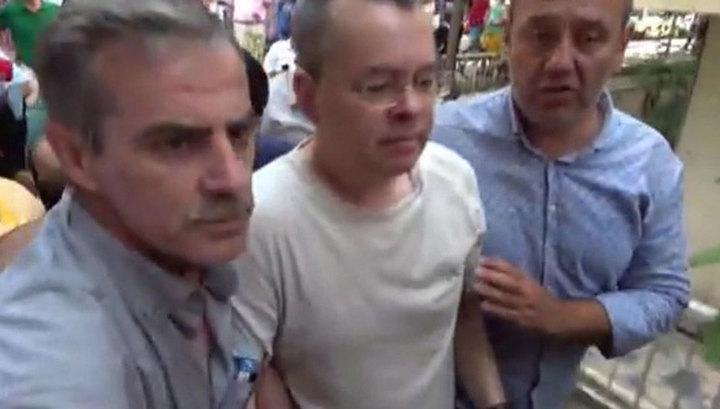 Турецкий суд оставил пастора Эндрю Брансона под домашним арестом