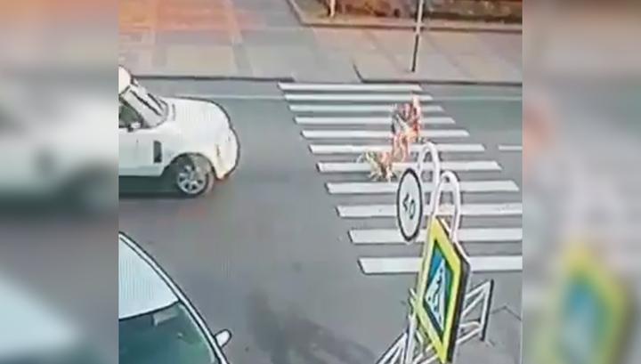 Маленький ребенок остался жив после наезда внедорожника. Видео