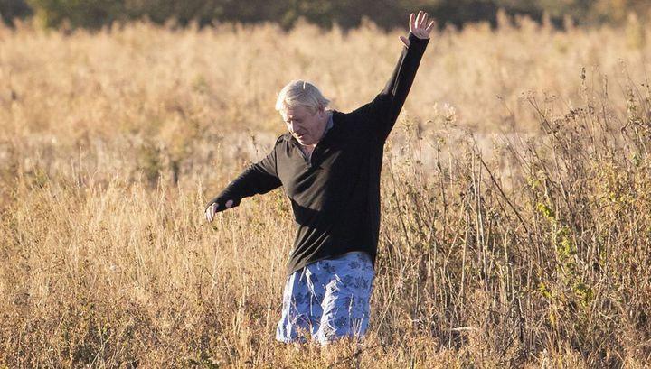 Борис Джонсон потроллил Терезу Мэй, сфотографировавшись в поле