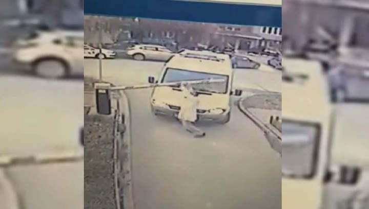 Новосибирский фельдшер сломал мешавший проезду скорой шлагбаум