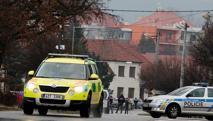 """Горнолыжников в Чехии эвакуировали с помощью вертолетов и """"живых лестниц"""""""