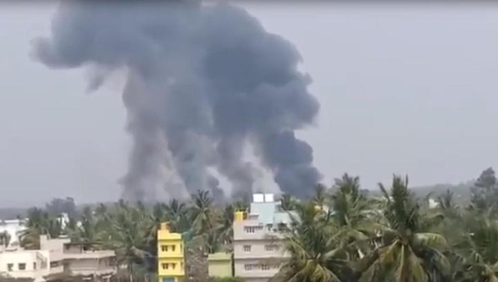 Два самолета пилотажной группы ВВС Индии столкнулись в воздухе