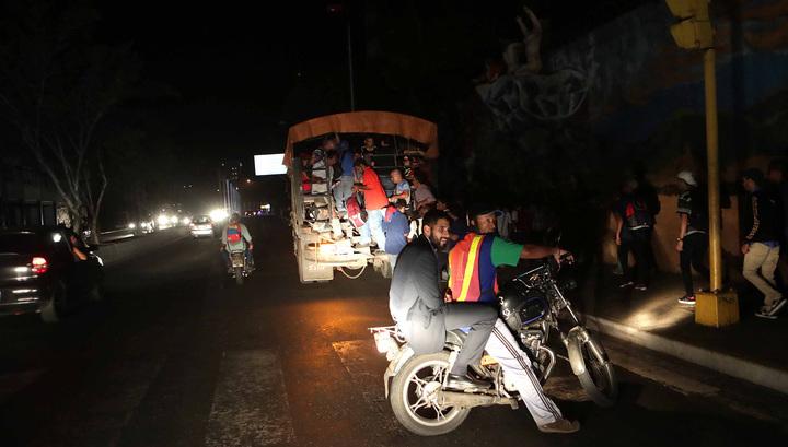 По обесточенным регионам Венесуэлы прокатилась волна мародерства