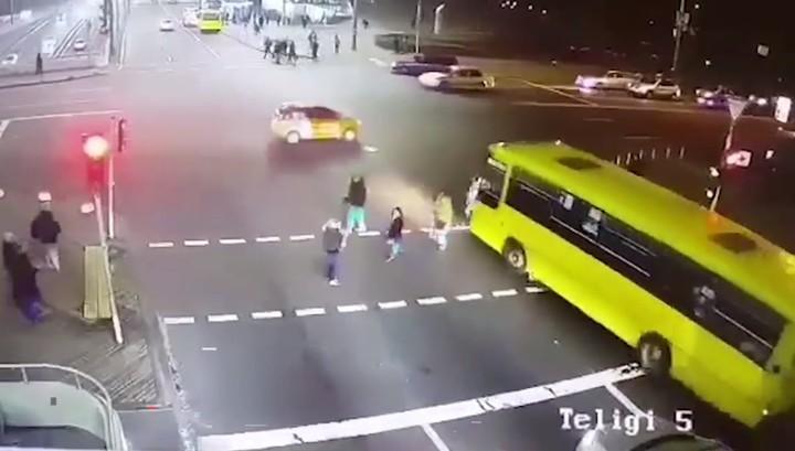 Автобус снес трех женщин на пешеходном переходе в Киеве