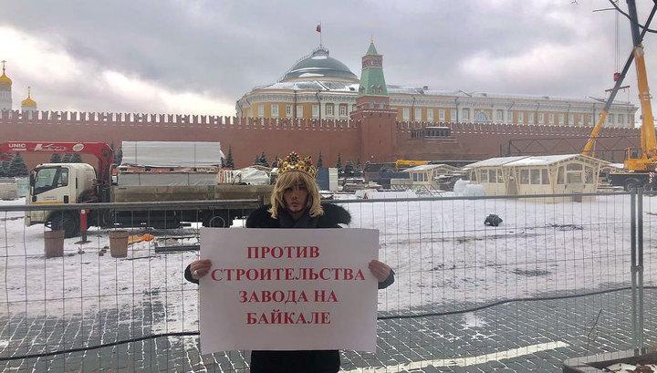 """""""Звезда в шоке"""": Зверева вызвали в суд из-за пикета в короне у стен Кремля"""
