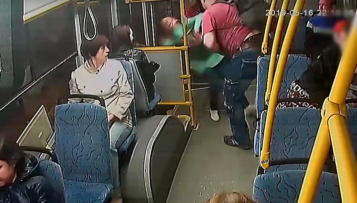 В Череповце пассажир выкинул кондуктора из автобуса головой на асфальт
