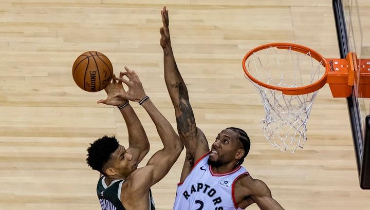 """НБА. """"Торонто"""" обыграл """"Милуоки"""" и сократил счет в полуфинальной серии"""