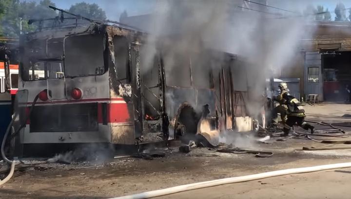 В Саратове разрезали троллейбусы, и они сгорели