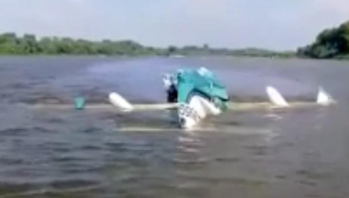 Под Москвой самолет упал в карьер и утонул