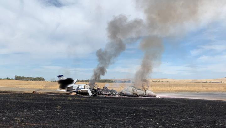 Пассажиры и экипаж спаслись: в США дотла сгорел частный самолет