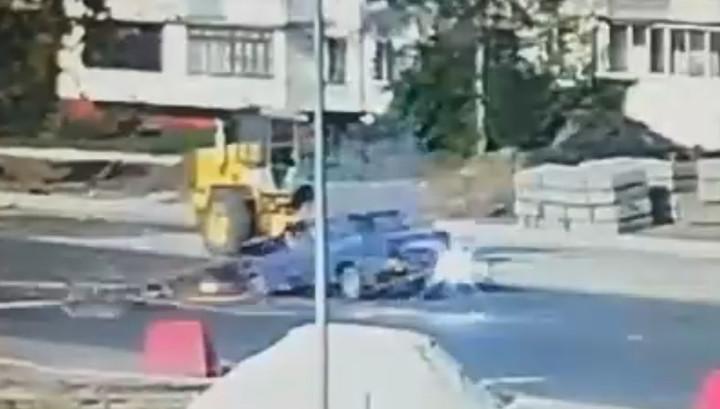 Невероятно повезло: падение столба на легковушку в Брянске попало на видео