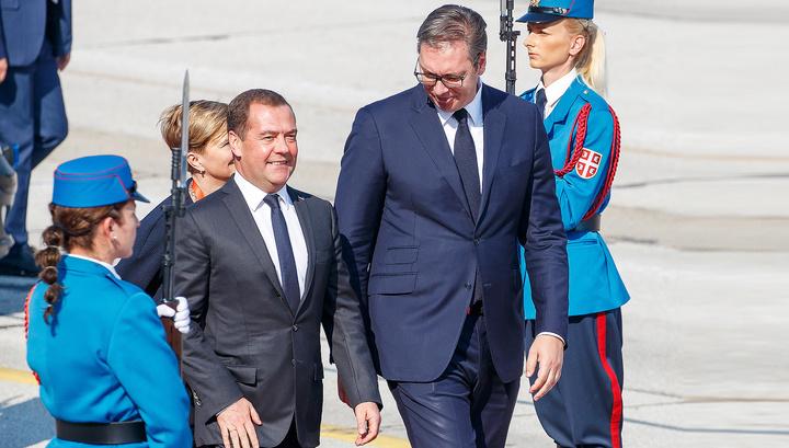 Медведев передал Вучичу привет от Путина