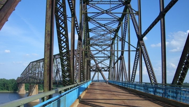 В США взорвали мост, соединявший два штата