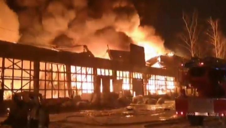 В Казани горит склад мебельной фабрики