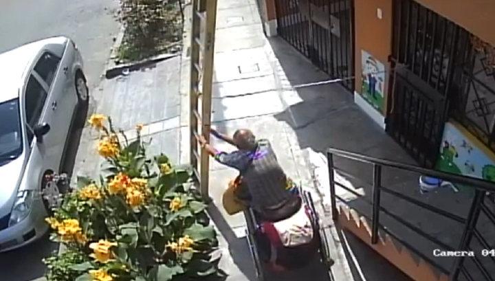 Сварливый инвалид стряхнул рабочего с 10-метровой лестницы