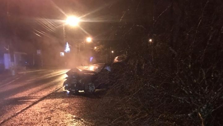 Четверо пострадавших: машина врезалась в столб в Петербурге