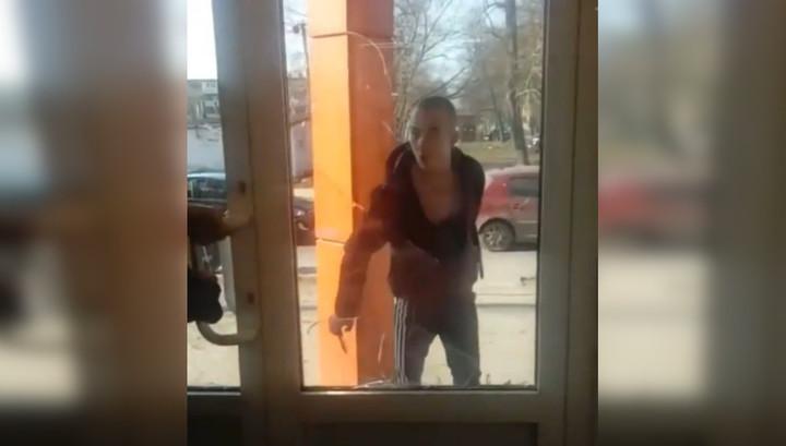 """""""Наркоман"""" с ножом порезал охранника и взял в осаду тульский магазин"""