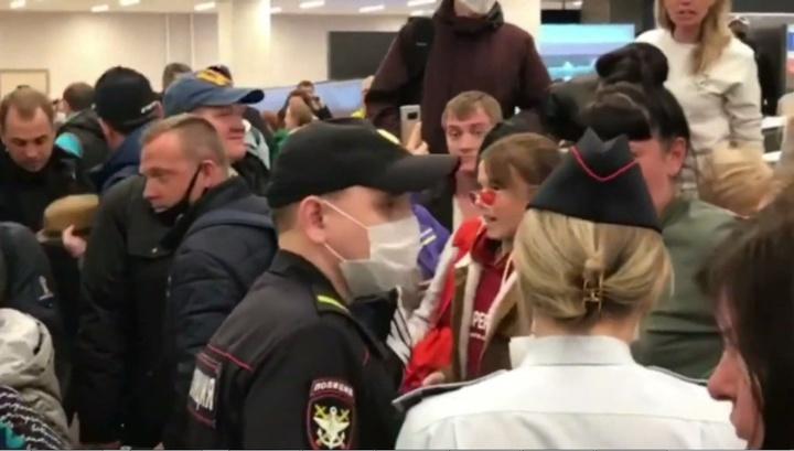 Отправленные на карантин туристы штурмом взяли выход из аэропорта Красноярска