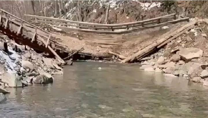 Мост рухнул: паводок размыл лесовозную дорогу в Приморье