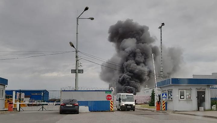 В Санкт-Петербурге тушат крупный пожар