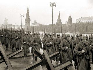 Великая Отечественная война. Москва. Колонна солдат. Сентябрь 1941 года