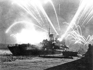 """Крейсер """"Киров"""" салютует в честь окончательного прорыва блокады города на Неве 27 января 1944 года."""