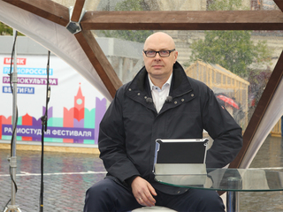 """Книжный фестиваль """"Красная площадь"""" в прямом эфире. Юлиан Макаров. Фото Вадима Шульца"""