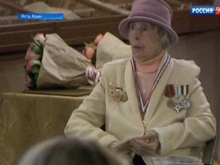 Хранительница фондов Дома-музея Чехова в Ялте Ангелина Ханило принимает поздравления с юбилеем