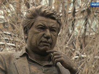 Памятник Чингизу Айтматову открыли в Москве