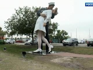 CNN: вандалы написали «Me Too» на памятнике по мотивам фотографии «Поцелуй»