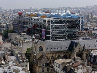 Parisien: посетитель Центра Помпиду порезал ножом картину Даниеля Бюрена