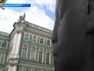 Во дворе Эрмитажа установили скульптуру «Карлота»