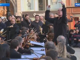 Оркестр Парижской оперы дал уличный концерт в поддержку забастовщиков