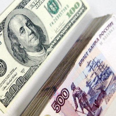 Рубль укрепляется к доллару и евро благодаря дорожающей нефти