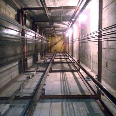 В одной из многоэтажек в Челябинске рухнул лифт
