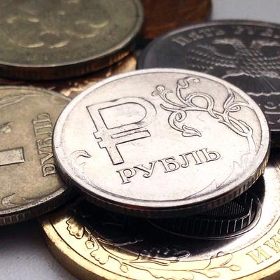 Курс рубля открыл торги недели уверенным ростом к доллару и евро