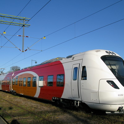 Под Стокгольмом пассажирскийпоезд столкнулся с бронированной машиной