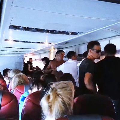 Стюардессы получат средства для усмирения дебоширов