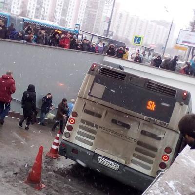Водителю, который въехал на автобусе в переход метро