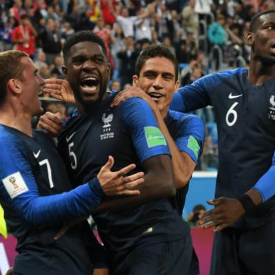 Болельщики сборной Франции празднуют победу национальной сборной