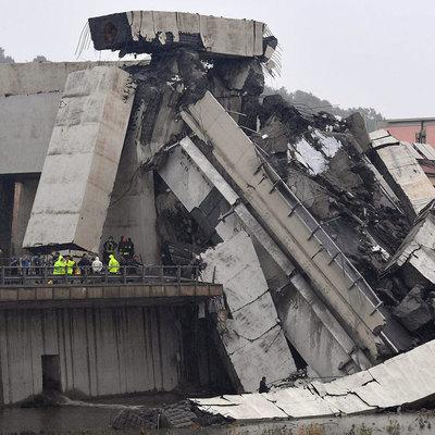 Из-под моста в Генуе извлекли автомобиль, в котором находятся пять человек