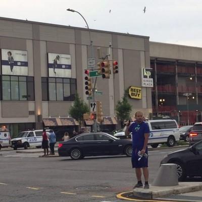 17 человек пострадали в результате пожара, который произошел на парковке ТЦ